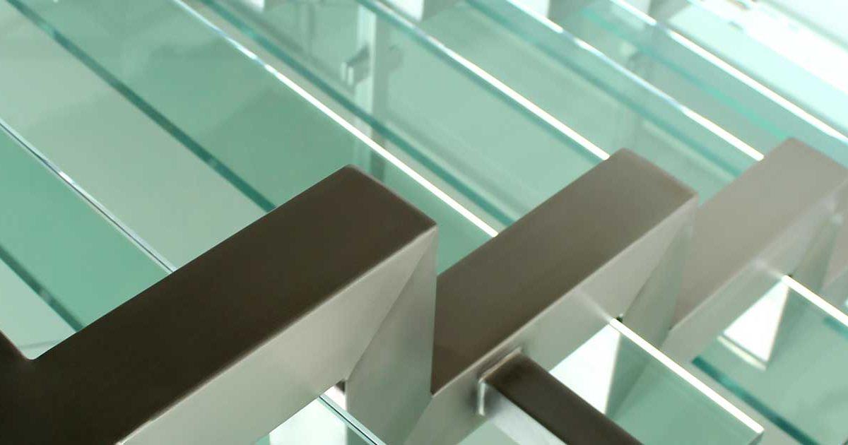 artículo sobre las razones para tener escaleras en cristal y acero inoxidable