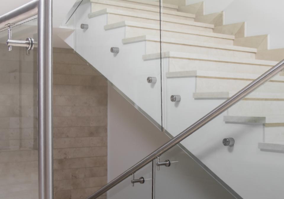 Artículo sobre cómo limpiar las barandas de cristal y acero inoxidable