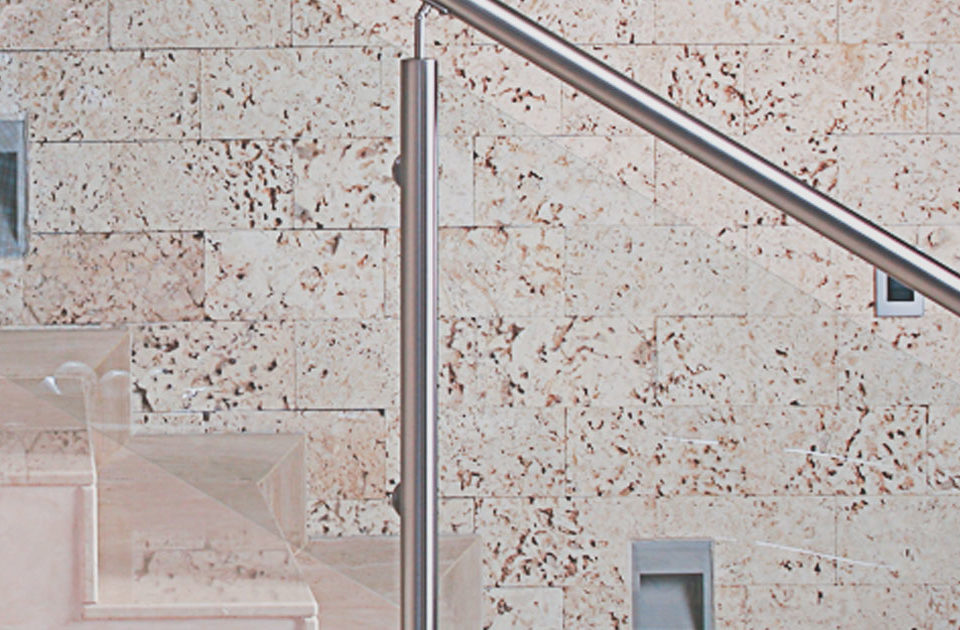 artículo con recomendaciones para limpiar las escaleras comunes en un edificio
