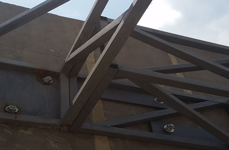 Imagen con una estructura en acero al carbono para un artículo sobre sus ventajas
